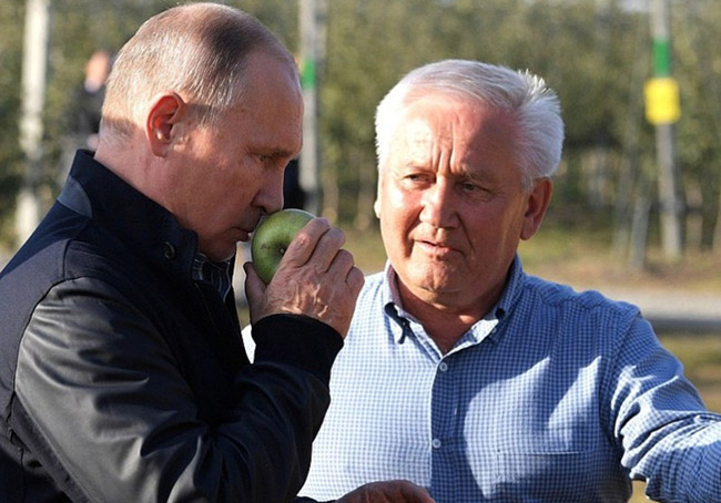 "have fun with Putin as ""ordinary farmers"" in Apple garden"