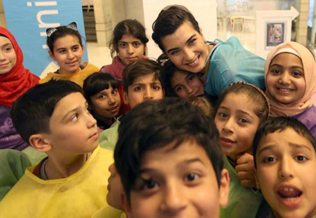 The Turkish star Tuba Buyukustun visits Syrian refugees children